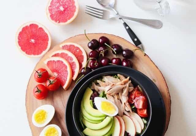 salada de ovo, toranja, cerejas