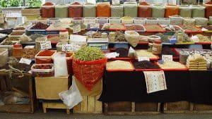 uma pilha de legumes, sementes, nozes, frutas