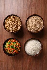 soja, grão-de-bico, arroz em tigelas
