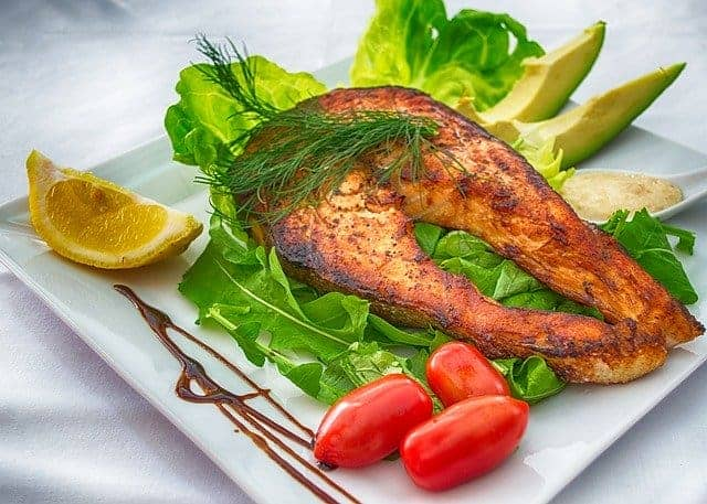 peixes e legumes assados