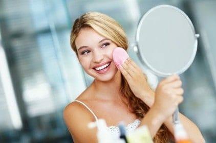 mulher tira a maquiagem