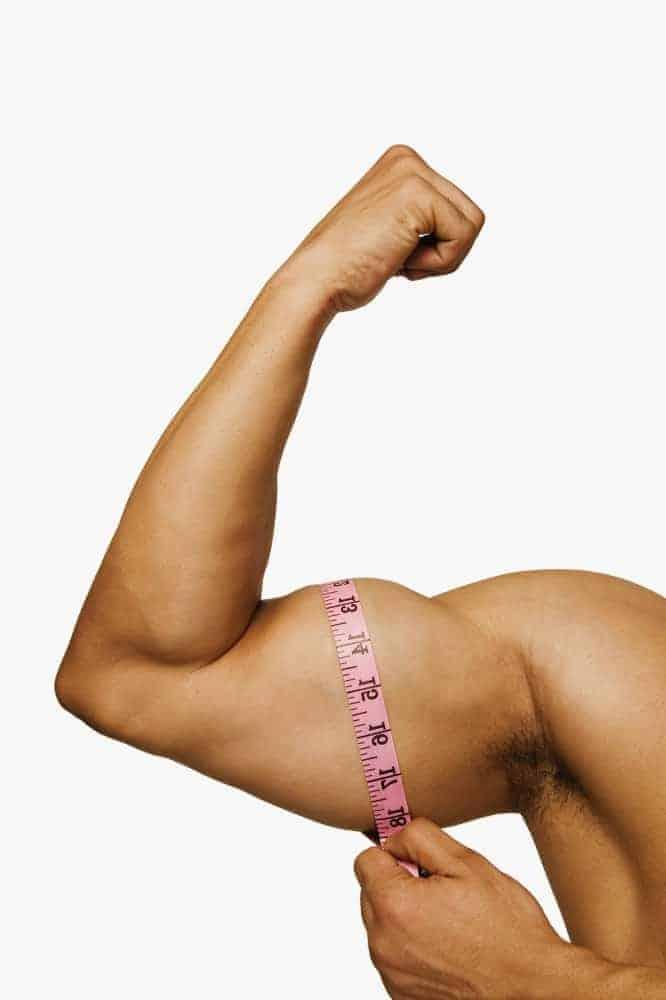 o homem mede seu bíceps