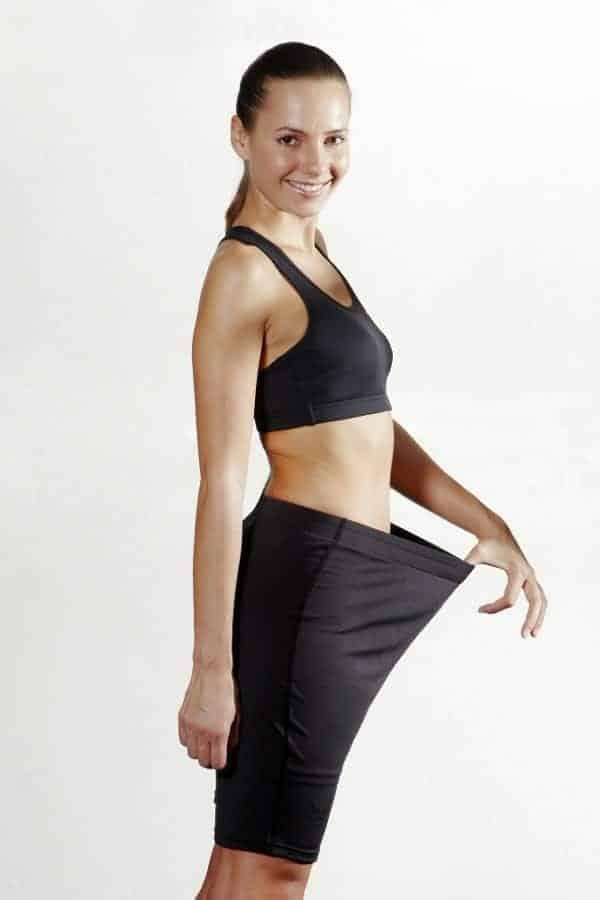a mulher mostra quanto peso ela perdeu