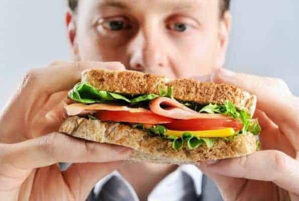 homem come um sanduíche