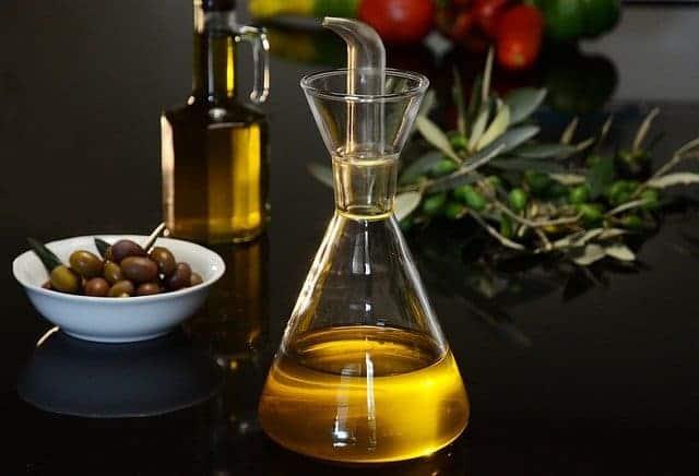 flacon de azeite e azeitonas verdes