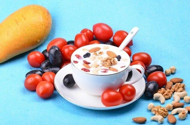 barra de saladas com iogurte, amêndoas e nozes