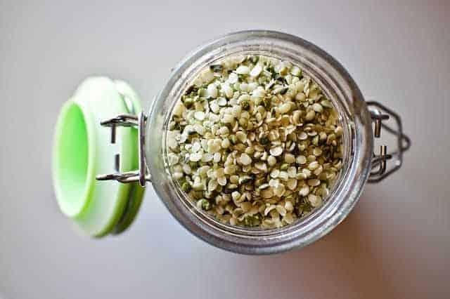 sementes de maconha em um frasco