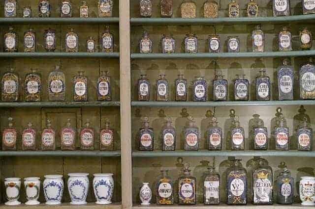 ervas em frascos na prateleira de uma farmácia