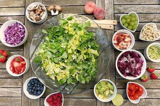 salada de legumes e frutas em tigelas
