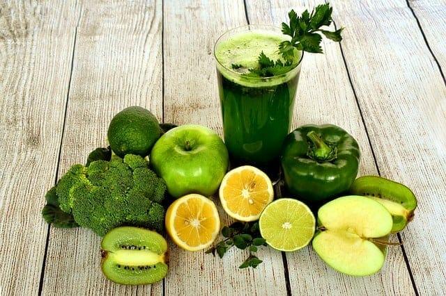coquetel de verduras, legumes e frutas na mesa