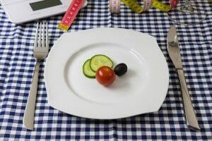 legumes no prato, na faca e no garfo