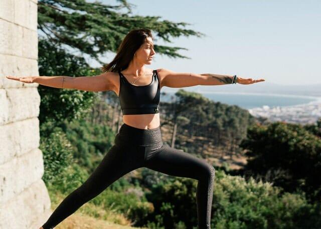 mulher que pratica yoga