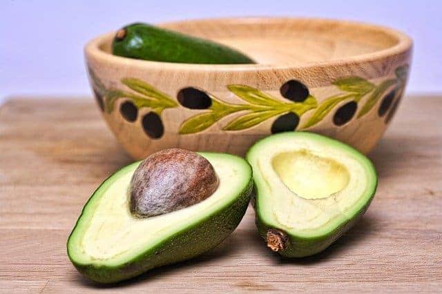 abacate cortado ao meio