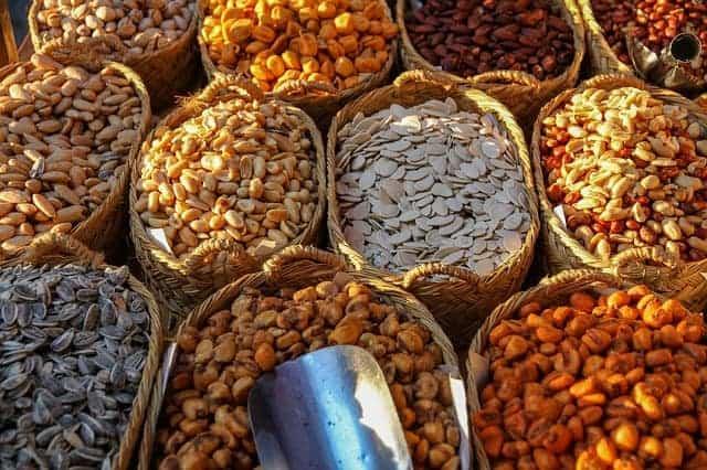 cestos com diferentes tipos de feijão e nozes