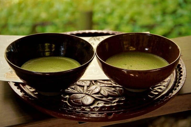 chá matcha em chávenas