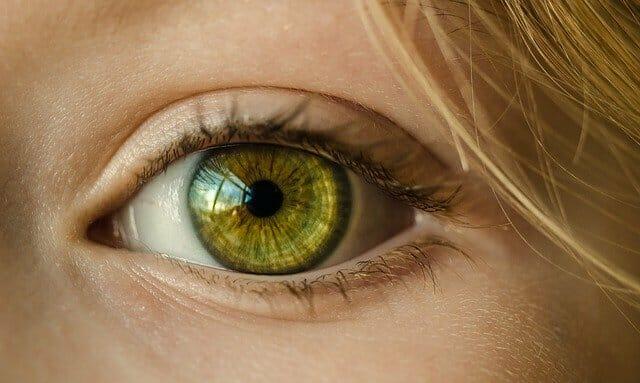 O olho de uma mulher