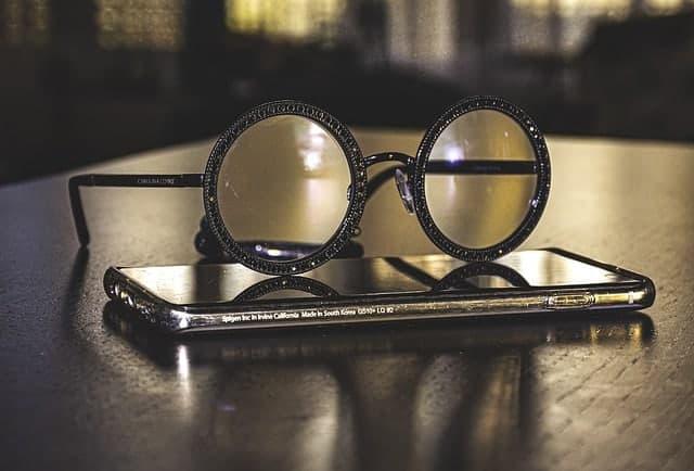 Óculos deitados no seu smartphone