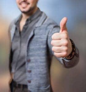 um homem mostrando um gesto com o seu polegar ok