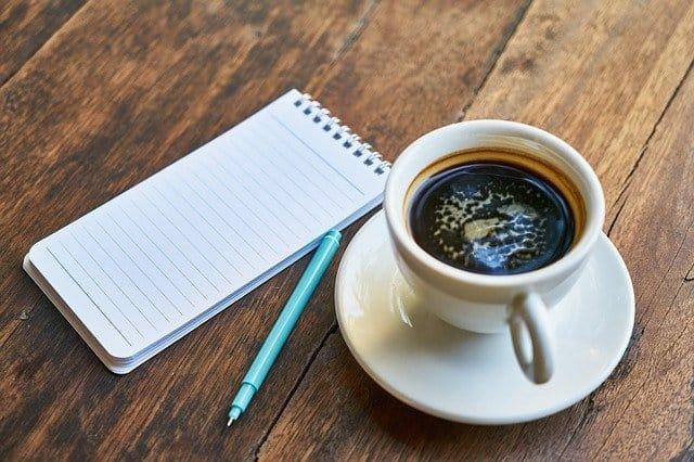 chávena de café, bloco de notas, caneta