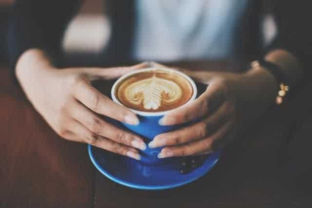 chávena de café nas suas mãos