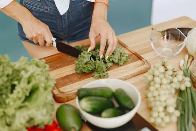 mulher a cortar legumes