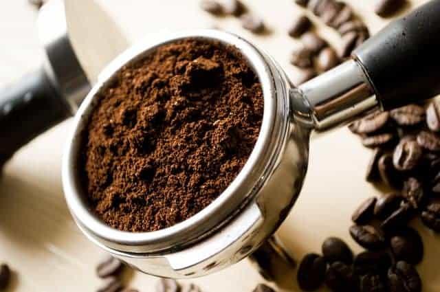 colherada de café moído