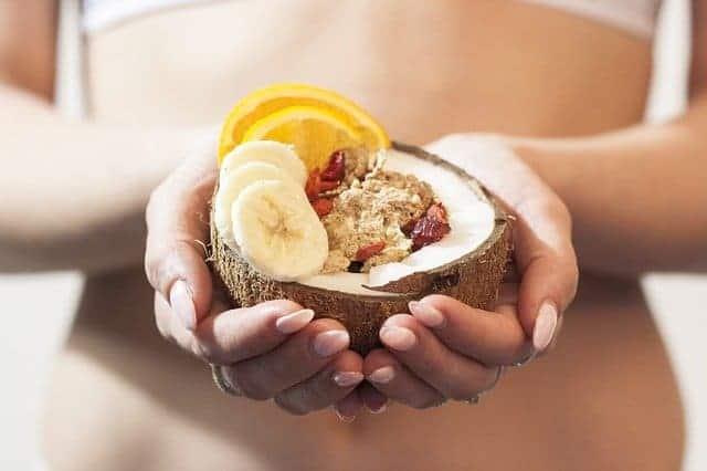 a mulher está a segurar uma sobremesa dietética nas suas mãos