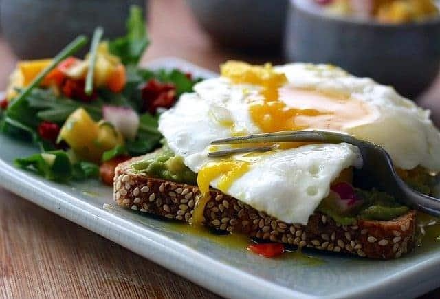 uma refeição saudável - tosta integral com ovo e legumes