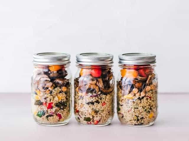 um prato dietético de grumos e legumes em frascos