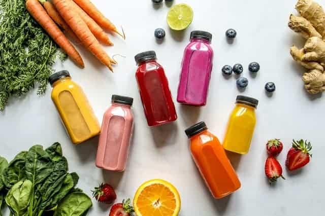 Legumes, frutas e sucos em garrafa