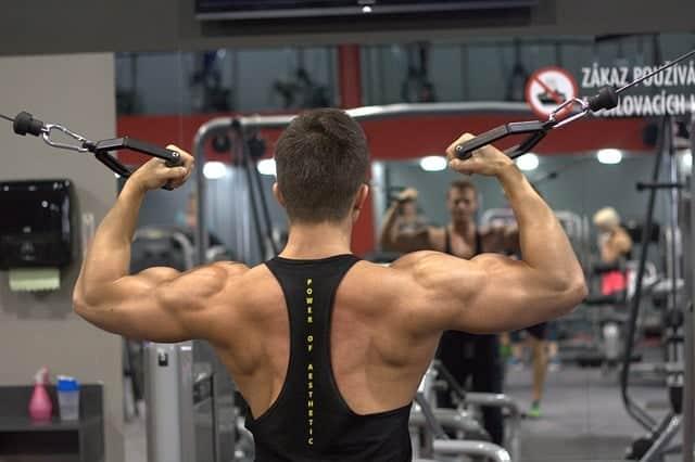 exercícios masculinos no ginásio