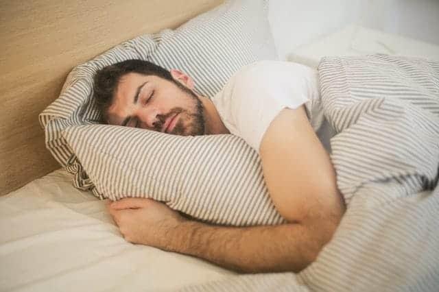homem que dorme profundamente