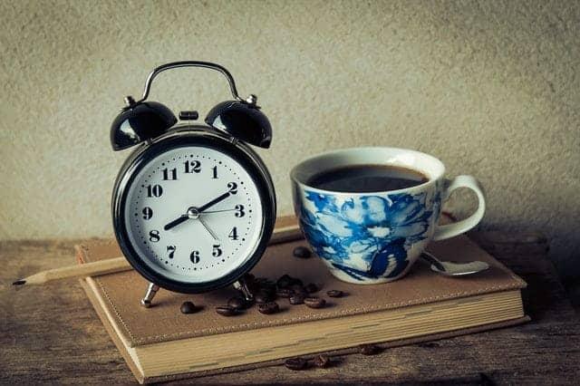 uma chávena de café e um despertador