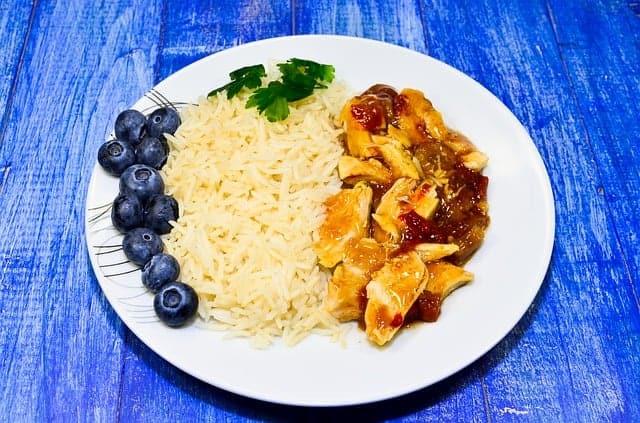 arroz com guisado no prato