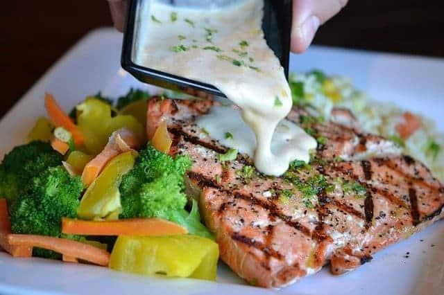 Vegetais e peixe assado num prato