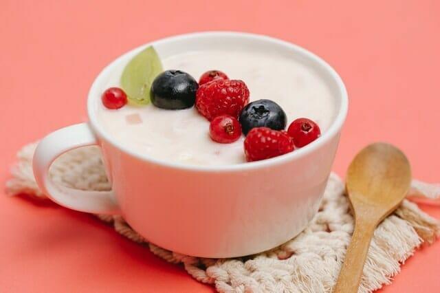 Iogurte com frutas em uma xícara