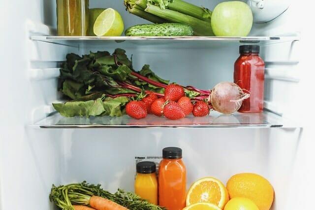 dentro da geladeira, legumes, frutas e sucos