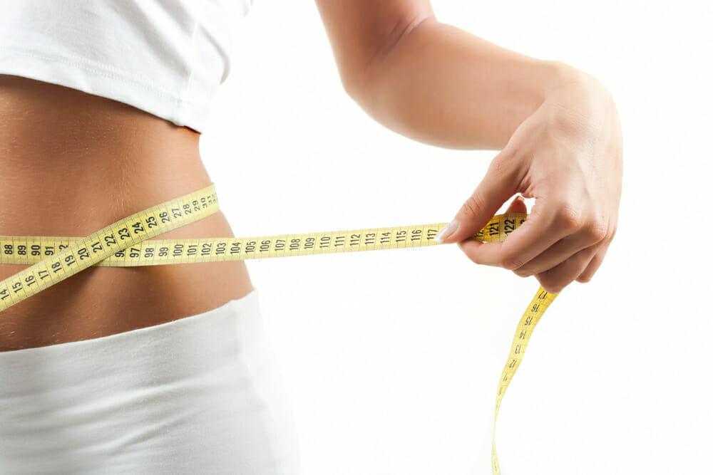 uma cintura fina medida com um centímetro