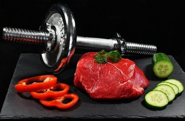 Dumbbells, um pedaço de carne e legumes